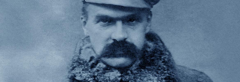 Brygadier Józef Piłsudski w płaszczu wojskowym i maciejówce, fot. Jan Ryś, Zakopane 1914 r.