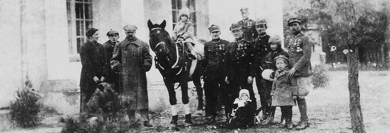 Józef Piłsudski z rodziną i oficerami Wojska Polskiego przed dworkiem Milusin