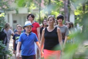 wolontariusze przed dworkiem Milusin