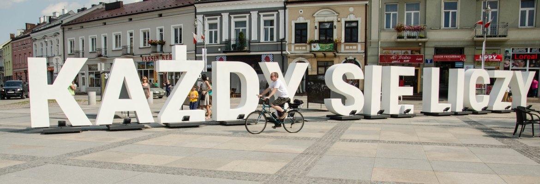 """Tymczasowa instalacja na rynku w Kielcach - napis """"Każdy się liczy"""", hasło promujące Wykaz legionistów polskich 1914-1918"""