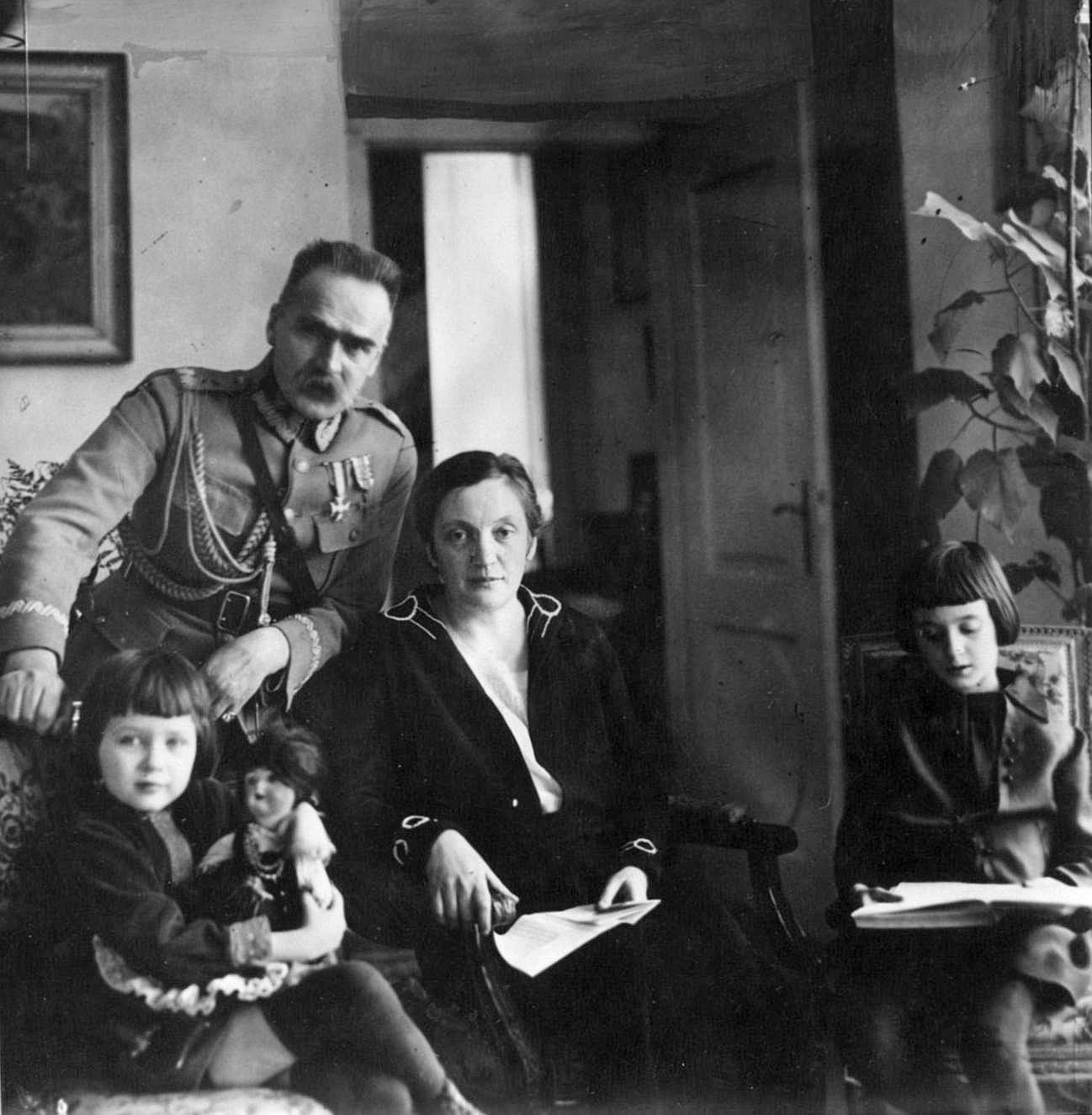 Józef Piłsudski z żoną Aleksandrą (z d. Szczerbińską) i córkami Wandą i Jadwigą