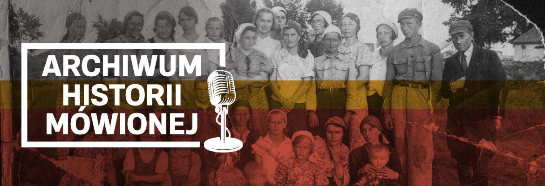 Czarno białe, zniszczone zdjęcie grupy kilkunastu osób, przeważnie w młodym wieku - Polaków zesłanych do Kazachskiej Socjalistycznej Republiki Radzieckiej, 1942 r. Na zdjęciu napis w ramce z dodanym symbolem mikrofonu: Archiwum Historii Mówionej