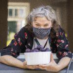 fotografia portretowa Karoliny Pluty w maseczce