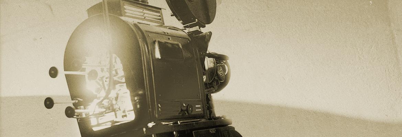 Przedwojenny projektor kinowy na archiwalnym zdjęciu