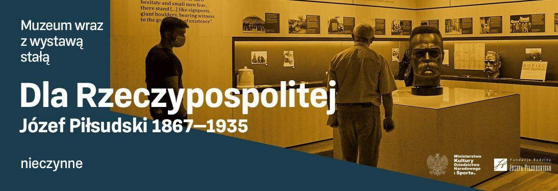 Napis: Muzeum wraz z wystawą stałą nieczynne. W tle zdjęcie przedstawiające fragment wystawy stałej. Starszy człowiek ogląda popiersie Józefa Piłsudskiego.