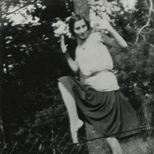Wanda Piłsudska tańczy w ogrodzie Milusin