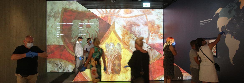 wejście na wystawę stałą Muzeum - ekrany ukazujące ryciny i obrazy z epoki