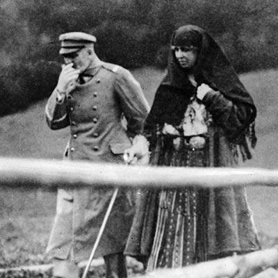 Naczelnik Państwa Józef Piłsudski na spacerze z królową Rumunii, Marią (1922)