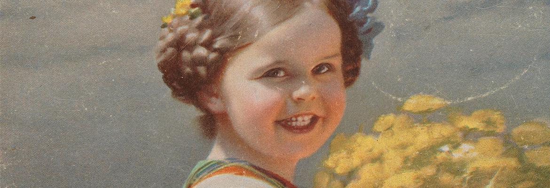 obraz z okresu międzywojennego przedstawiający około 6 letnią dziewczynkę stojącą na tle łąkowego krajobrazu, trzymającą olbrzymi bukiet żółtych kwiatów. We włosy wplecione ma kwiaty żółte i niebieskie (reprodukcja pocztówki, fragment)
