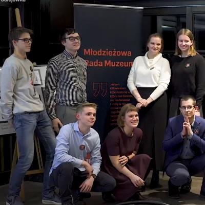 Członkinie i członkowie Młodzieżowej Rady Muzeum (druga kadencja) podczas premiery talii kart inspirowanej postacią Józefa PIłsudskiego