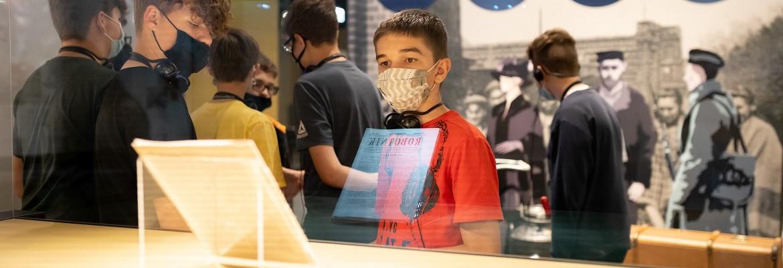 Około 15 letni chłopiec przygląda sie eksponatowi na wystawie stałej Muzeum
