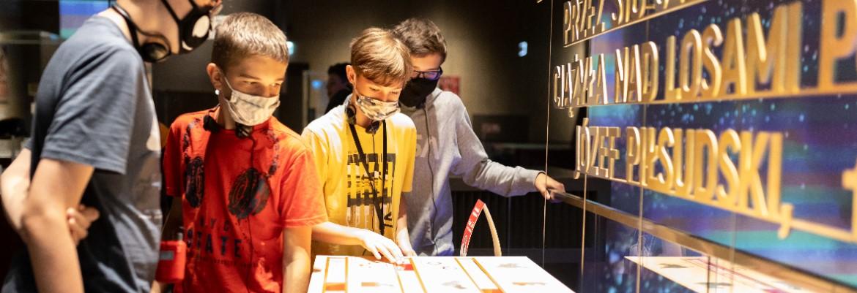 uczniowie w wieku około 12 lat na wystawie stałej Muzeum