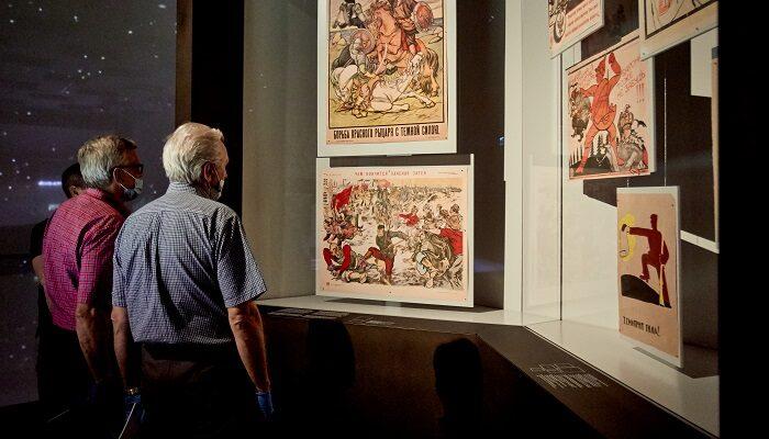dwóch mężczyzn o siwych włosach na wystawie stałej Muzeum